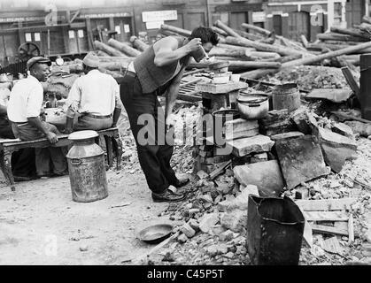 Job in einem Slum in New York während der Weltwirtschaftskrise 1931 zu kochen - Stockfoto