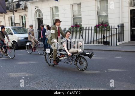 Der Tweed Run, London, UK, 11. April 2011: die Fahrt geht weiter durch Mayfair - Stockfoto