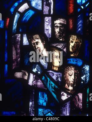 Kathedrale von Salisbury, Trinity Chapel, Gefangene des Gewissens, Lancet A, Fensterdetail durch Gabriel Loire 1980 - Stockfoto