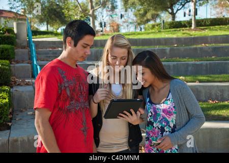 Kalifornien Multi ethnischen Rasse ethnisch gemischten Gruppe amerikanischen indischen, kaukasischen Hispanic Teens - Stockfoto