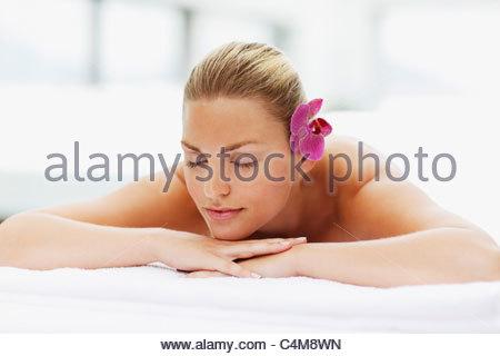 Frau mit geschlossenen Augen auf Massagetisch - Stockfoto