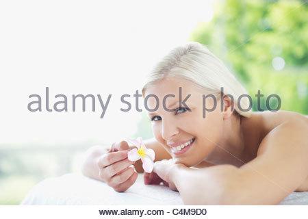 Frau mit Orchidee Verlegung auf Massagetisch - Stockfoto