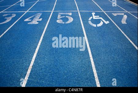 Handicap Rollstuhl-Symbol oben auf der Laufstrecke überlagert. - Stockfoto