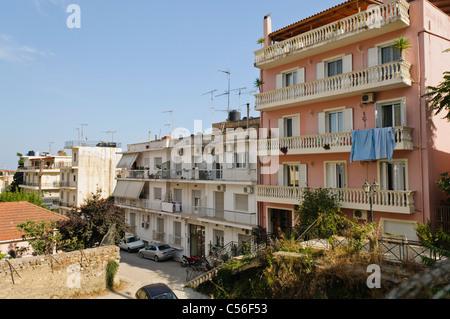 Straße und Wohnungen in der griechischen Stadt Zakynthos - Stockfoto