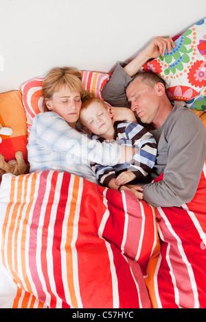 Familie zusammen im Bett schlafen - Stockfoto