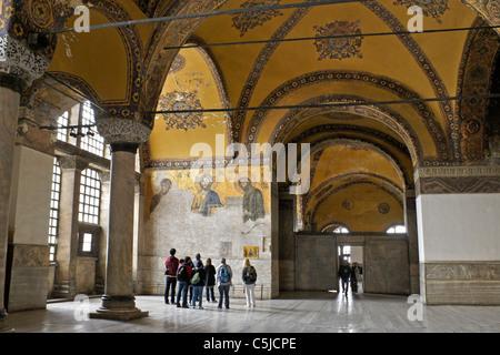Obere Galerie und Deesis Mosaik in der Hagia Sophia Museum, Istanbul, Türkei - Stockfoto