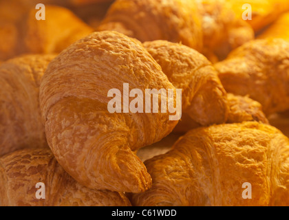 Goldene Blätterteig Croissant Einstellung auf andere, frisch gebacken und bereit, gegessen zu werden - Stockfoto