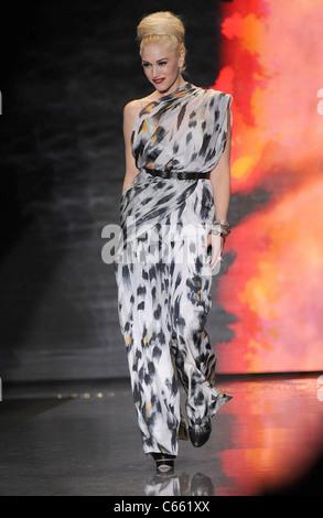 Gwen Stefani (trägt einen Overall L.A.M.B.) auf der Bühne für L.A.M.B. Herbst/Winter 2011 Kollektion Fashion Show, - Stockfoto