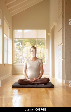 USA, California, Los Angeles, Beverly Hills, Schwangere, Yoga zu praktizieren - Stockfoto
