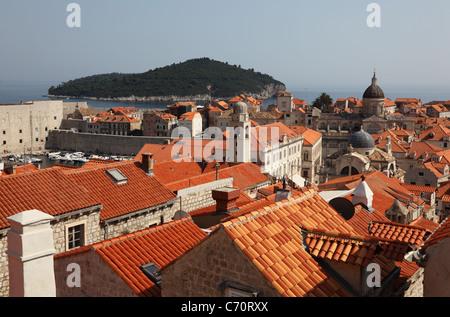 Über den Dächern der mittelalterlichen Stadt Dubrovnik in Kroatien - Stockfoto