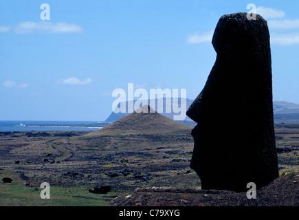 Die 887 monumentalen steinernen Statuen (Moai) erstellt von der frühen Rapanui Menschen übersieht Ostern Insel im - Stockfoto