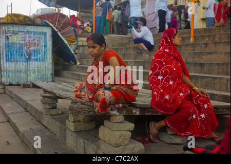Menschen in den Gassen und Straßen der ältesten und wichtigsten heiligen Stadt Varanasi (Benares) Indiens. - Stockfoto