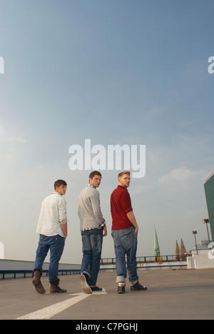 Männer gehen zusammen auf Dach - Stockfoto