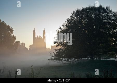 KIngs College in Cambridge und den Rücken kurz nach Sonnenaufgang mit aufsteigenden Nebel und schöne Licht. - Stockfoto