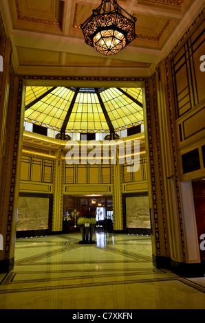 Die Lobby des neu restaurierten Fairmont Peace Hotel am Bund. - Stockfoto