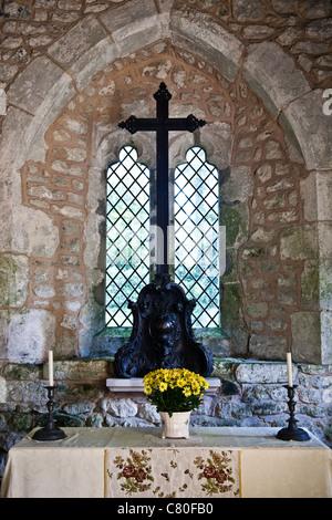 Der Altar der mittelalterlichen Kirche in präraffaelitischen auf der Isle Of Wight, Datierung von 1070 n. Chr. - Stockfoto