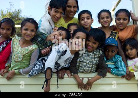 Indische Kinder hinter TATA LKW am Mehrauli, New Delhi, Indien - Stockfoto