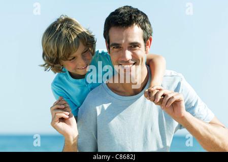 Vater und Sohn gemeinsam im Freien, portrait - Stockfoto