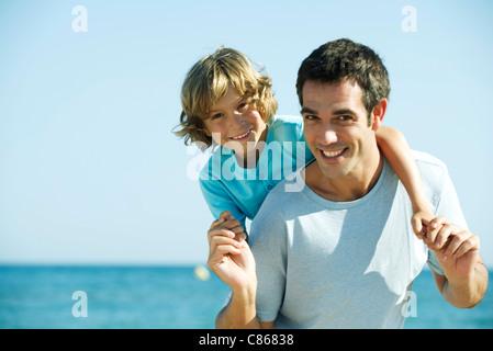 Vater und Sohn gemeinsam am Strand, Porträt - Stockfoto