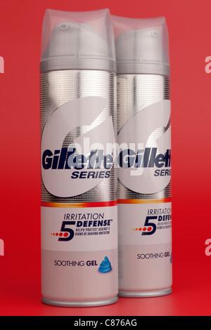 Zwei Container mit Gillette Series Irritation Defense beruhigendes Rasiergel sprühen - Stockfoto