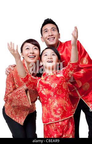 Familie gekleidet in traditioneller Kleidung feiert Chinesisches Neujahr - Stockfoto