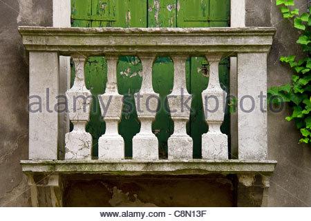 Venedig, grünen Balkon mit geschlossenen Türen. - Stockfoto