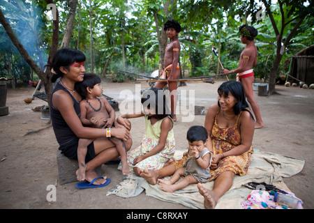 Xingu indischen Familie in der Amazone, Brasilien - Stockfoto