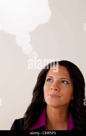 Studio-Porträt der Geschäftsfrau mit Gedankenblase - Stockfoto