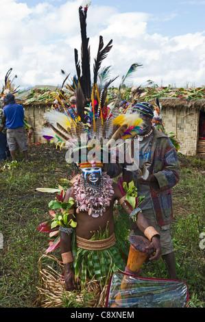 Stammes-Interpreten auf Mt Hagen in Papua-Neu-Guinea Paradiesvogel Federn im Kopf Kleider tragen - Stockfoto