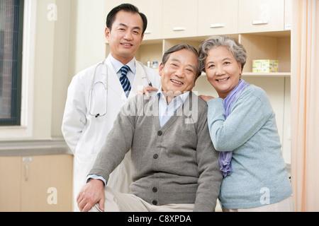 Älteres Paar in einem Untersuchungsraum mit einem Arzt - Stockfoto