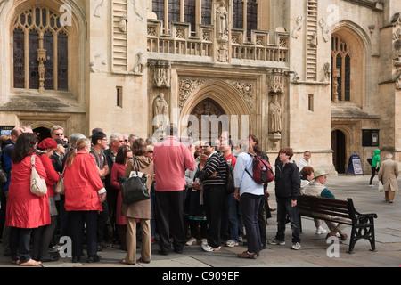 Gruppe von Touristen mit einem Reiseführer außerhalb der römischen Bäder Trinkhalle in der historischen Stadt. Bath, - Stockfoto