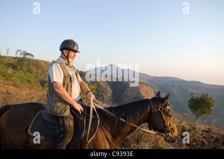 Malawi, Zomba Plateau.  Ein Pferd Reiten Safari ist ein beliebter Weg, Zomba Plateau zu erkunden. - Stockfoto