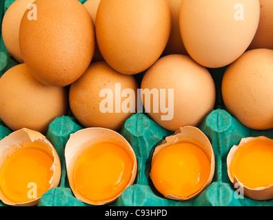 Gestapelte braunen Eiern mit 4 gebrochen - Stockfoto
