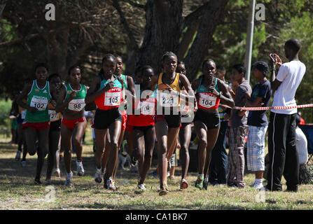 CAPE TOWN, SOUTH AFRICA, Sonntag, 18. März 2012, Nancy Chaptegei von Uganda (221) führt die Packung in den senior - Stockfoto