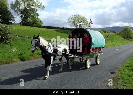 """Vardo Caravan traditionelle Pferd Zigeunerwagen gezeichnet oder """"Bogen"""" Canvas covered wagons en-Route zu der jährlichen - Stockfoto"""