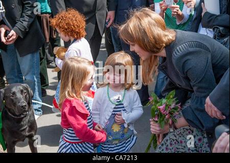 Close-up von lächelnden, glücklichen Prinzessin Beatrice (Mitglied der königlichen Familie) Holding ein Haufen Blumen - Stockfoto