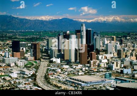 Luftaufnahme von Los Angeles Civic Center mit Schnee auf den San Gabriel Mountains - Stockfoto