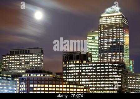 Vollmond über Docklands, London, UK - Stockfoto