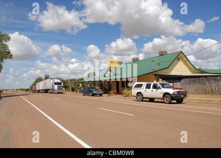 Das am Straßenrand Pub Wellshot Hotel an der Autobahn in Ilracombe, Outback Queensland, Australiens, mit Autos und - Stockfoto