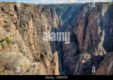 Die schwarzen (und rosa) Wände des Kolorados Black Canyon des Gunnison, wie aus The Narrows Sicht auf den North - Stockfoto