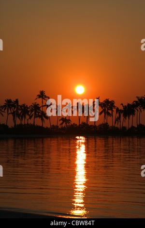 Sonnenaufgang über einer Malediven-Insel - Stockfoto