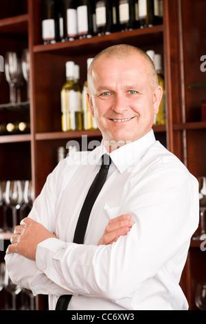 Männliche Kellner im Restaurant posiert mit Kreuz Arme Weinbar - Stockfoto
