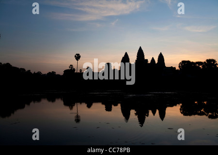 Sonnenaufgang am Angkor Wat, Angkor Gebiet, Siem Reap, Kambodscha, Asien. Das weltweit größte religiöse Gebäude - Stockfoto