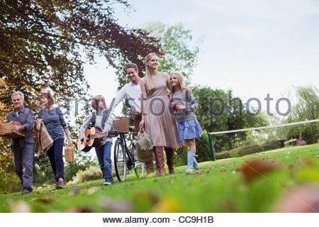 Mehr-Generationen-Familie mit Picknick-Körbe zu Fuß im park - Stockfoto