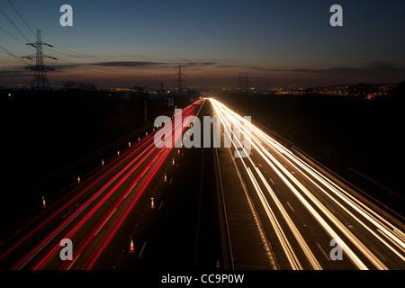 Lichtspuren durch Baustellen auf der M1 in der Nähe von Sheffield - Stockfoto