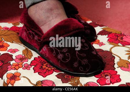 Älteren Menschen tragen Pantoffel des. - Stockfoto