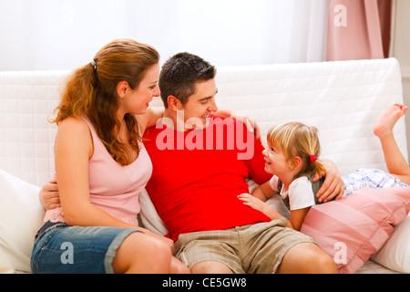 Mutter Vater auf der Couch sitzen und im Gespräch mit Tochter - Stockfoto