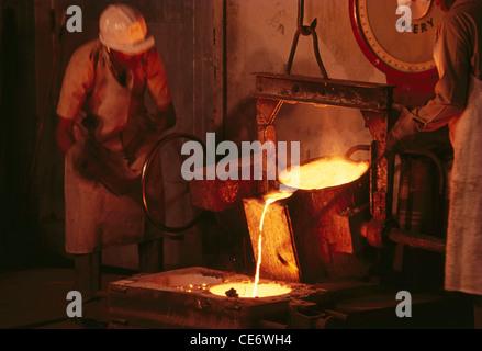 Stahl aus Ofen in Form in Stahlwerk Indien gießen - Stockfoto