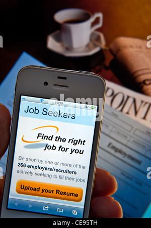 Arbeitsuchende Hand & iPhone Smartphone mit Arbeitsuchenden Lebenslauf Lebenslauf hochladen App, Arbeitsformen und - Stockfoto
