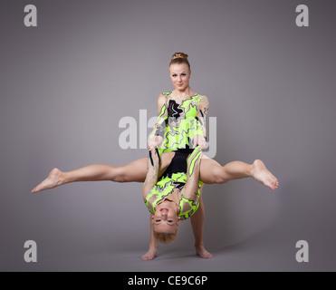 Zwei junge Frau als Paar Übungsprogramm Akrobaten - Stockfoto